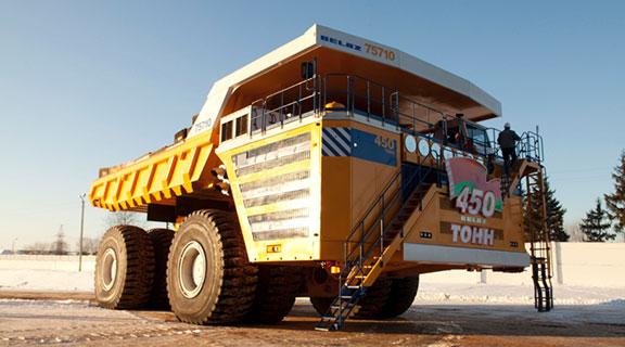 """世界上最大的自卸车的载重量超过500吨,相当于7架装满燃油的满员空客A320-200的总重量。这台翻斗车由西门子提供的4台1200千瓦电机驱动。  世界最大的自卸车采用西门子电气传动系统 如何让世界上最大的自卸车运转?2011年,白俄罗斯车辆制造商BelAZ带着这个问题来到西门子。BelAZ当时正为自重360吨的全新自卸车选择电气传动装置。这款自卸车的载重量超过500吨,相当于350辆大众高尔夫轿车,或者7架满员空客A320-200飞机的总重量,比之前的""""最大自卸车""""世界纪录保持者"""
